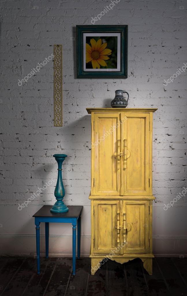 Vintage armario amarillo, enmarcado pintura azul vela y s — Fotos de ...