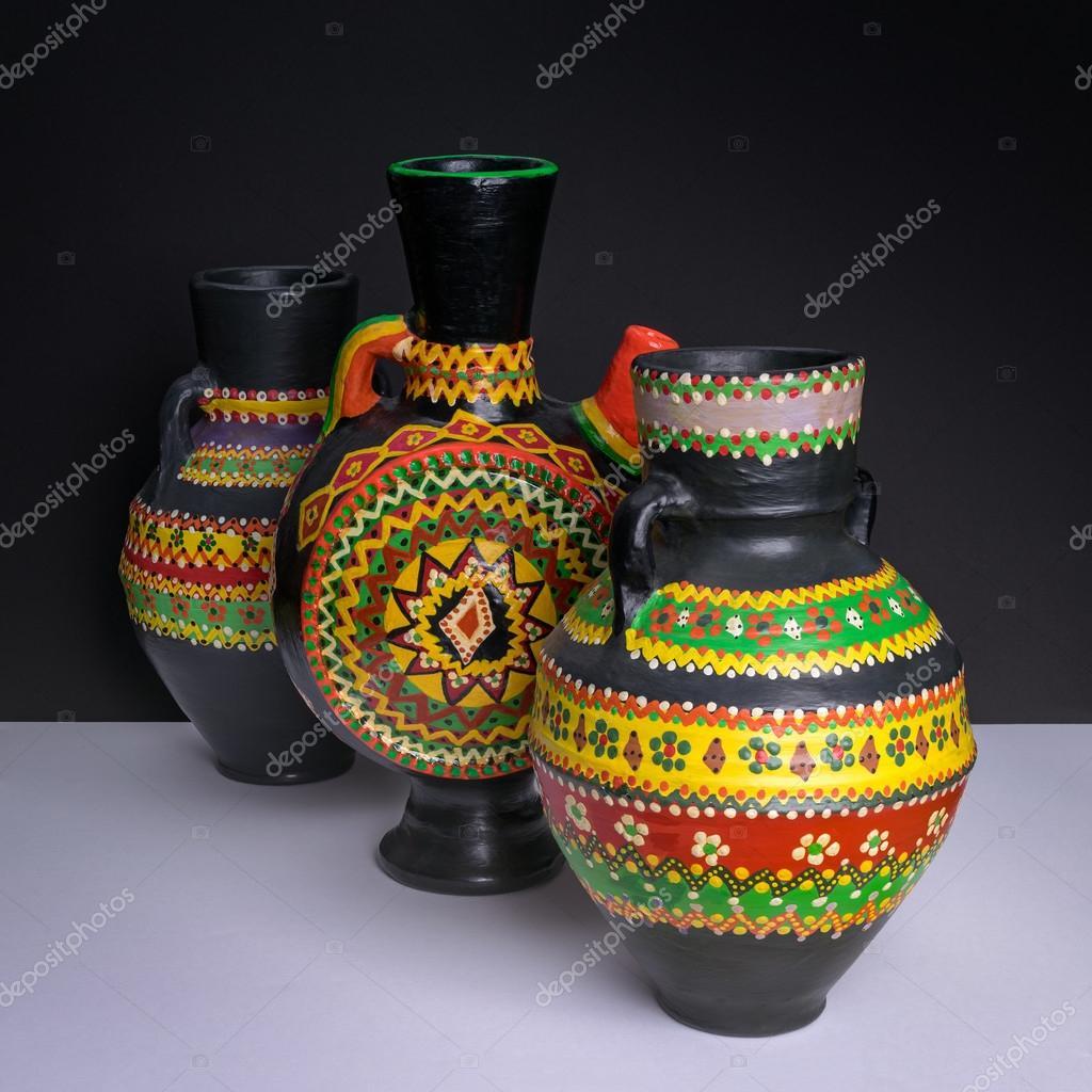 bodegn de tres negros decorados jarrones de cermica artesanal en fondo de la mesa blanca y pared negra foto de khaledeladawy - Jarrones Decorados