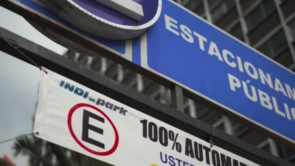 Veřejné parkování 100% Automatický podpis s budovou jako pozadí