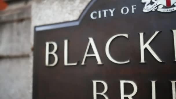 Rückansicht der Blackfriars Bridge-Gedenktafel mit dem Londoner Wappen