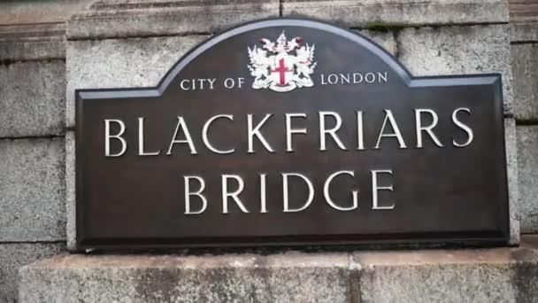 Nahaufnahme der Blackfriars Bridge Gedenktafel mit dem Londoner Wappen