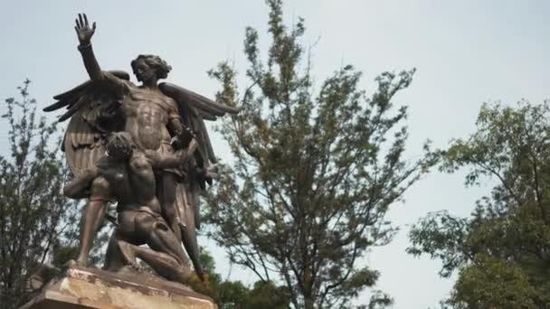 Egy ember és egy angyal szobra a Beethoven emlékműnél az Alameda Central-ban