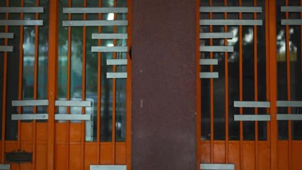 Eingang zu den Nummern 129 und 127 aus einem Mehrfamilienhaus
