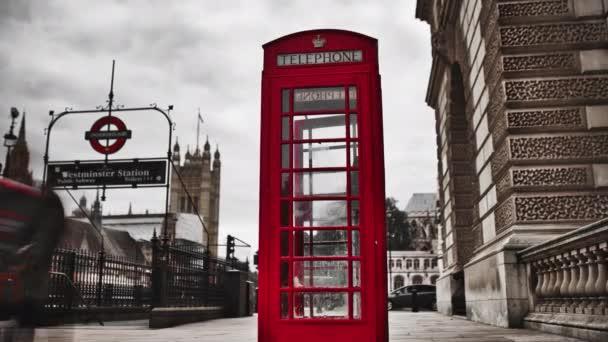 Časová prodleva klasické londýnské telefonní budky vedle vchodu do podzemí