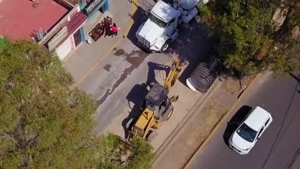 Luftaufnahme einer Planierraupe auf einer im Bau befindlichen Straße