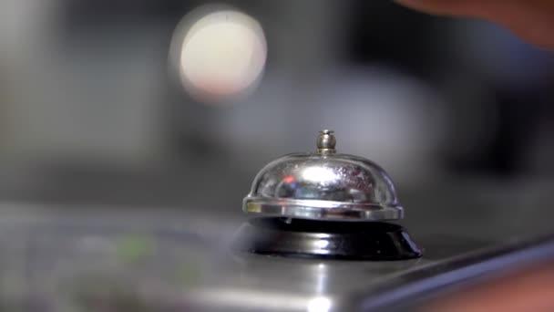 Ruční zvonění stříbrný pult zvonek s rozmazaným pozadím