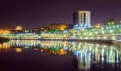 Noční pohled na řece Tura a nábřeží v Tyumen