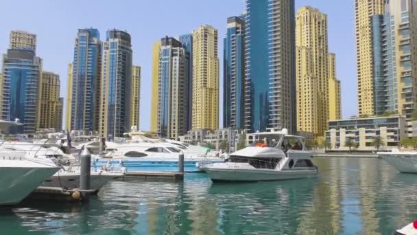 Jachta kotví v přístavu