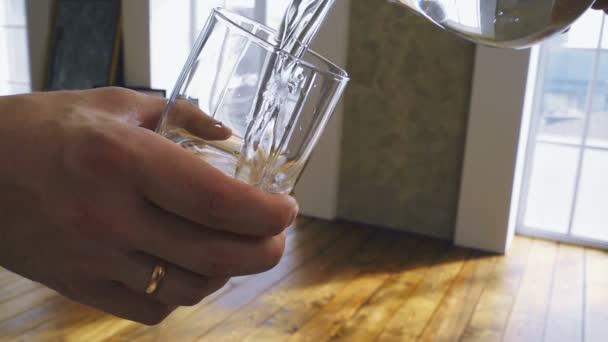 Vetro di riempimento con spruzzi dacqua