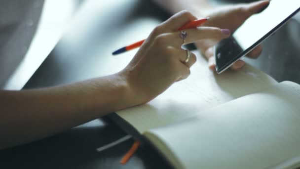 Nő kézzel írás megjegyzi