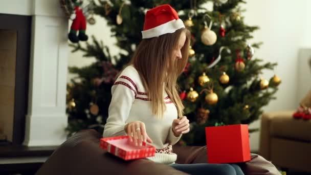 Krásná usměvavá dívka otevřené vánoční dárek