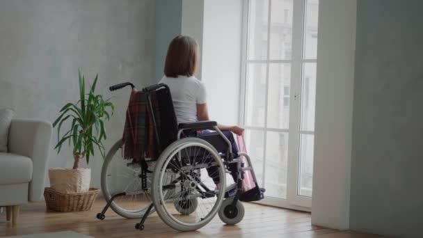 Behinderte Frau trainiert zu Hause