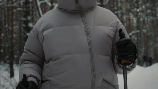 Person beim Nordic Walk im Wald