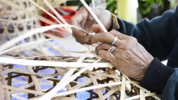 Bambuskorb weben.