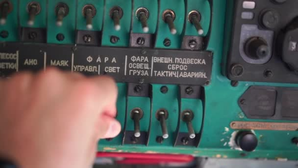 Handheld Man ruční zapnutí vypnutí spínače staré sovětské vrtulník mi2 mnoho textu na ruském jazyce Light danger Beacon Suspension Cargo Dump Taktické nouzové