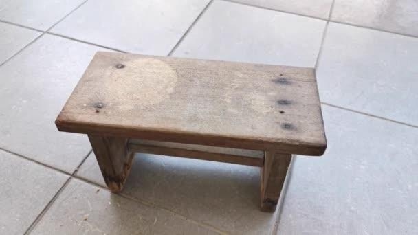 Filmmaterial von der diy hausgemachten Holzbank