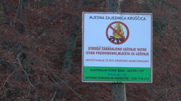 Přísně zakázáno zapalovat oheň mimo zamýšlená místa pro hoření, nápis na stůl