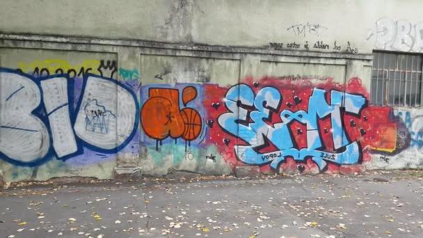 Városi graffiti a falon, különböző művészi feliratok, tükörkép Szarajevó