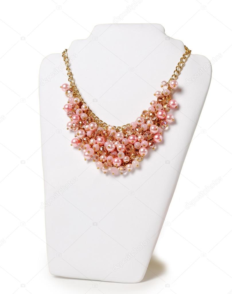 34f886d3d Krásný růžový náhrdelník na figuríně před bílým pozadím — Fotografie od ...