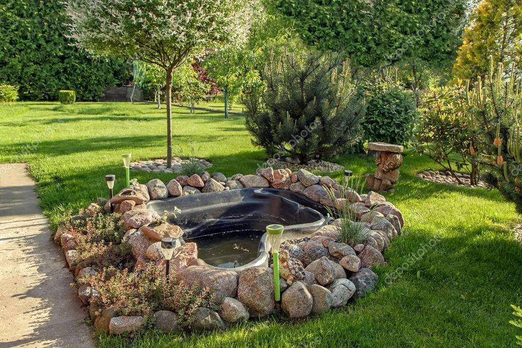 Laghetto artificiale in giardino foto stock geraldas1 for Giardino artificiale