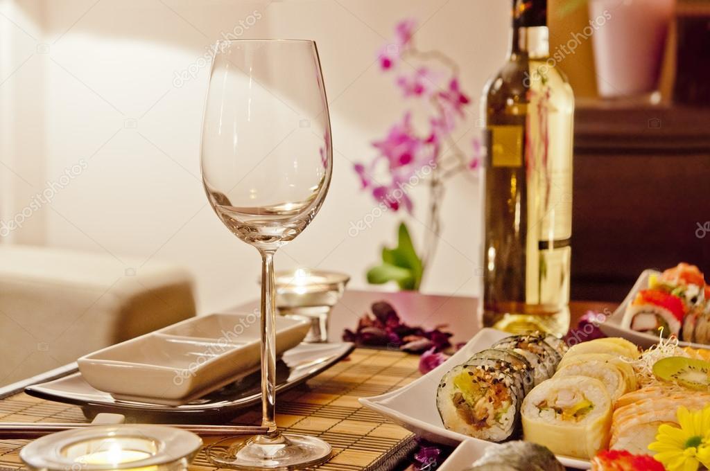 Cena rom ntica en casa sushi y vino foto de stock - Cena romantica in casa ...