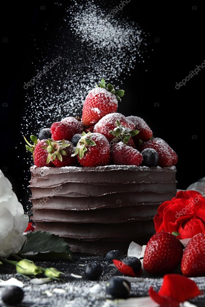 Kuchen Mit Schokolade Verzieren Mit Erdbeeren Und Blumen Stockfoto