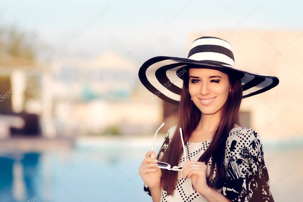 Feliz mujer verano con sombrero para el sol en la piscina — Foto de Stock 1c501e5affa2