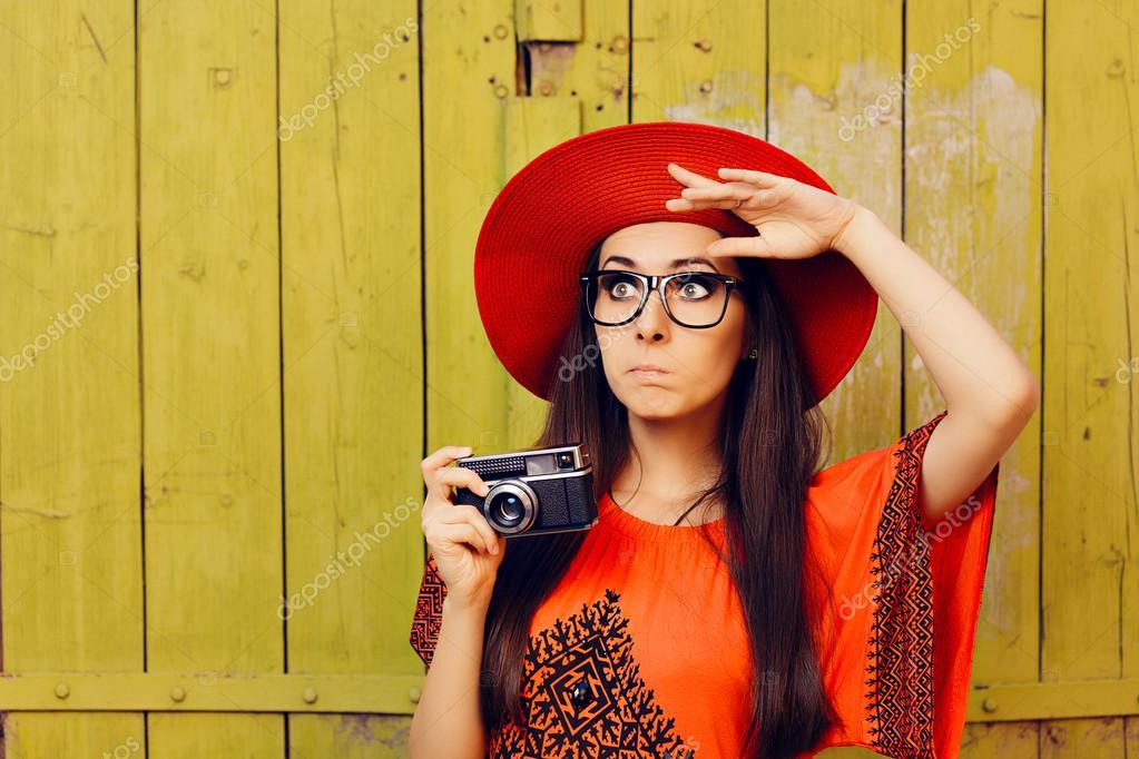 2c0168c3b3734 Retrato de un fotógrafo hipster sorprendido con tecnología analógica -  fotos  muchachas con gorras — Foto de nicoletaionescu — Foto de  nicoletaionescu