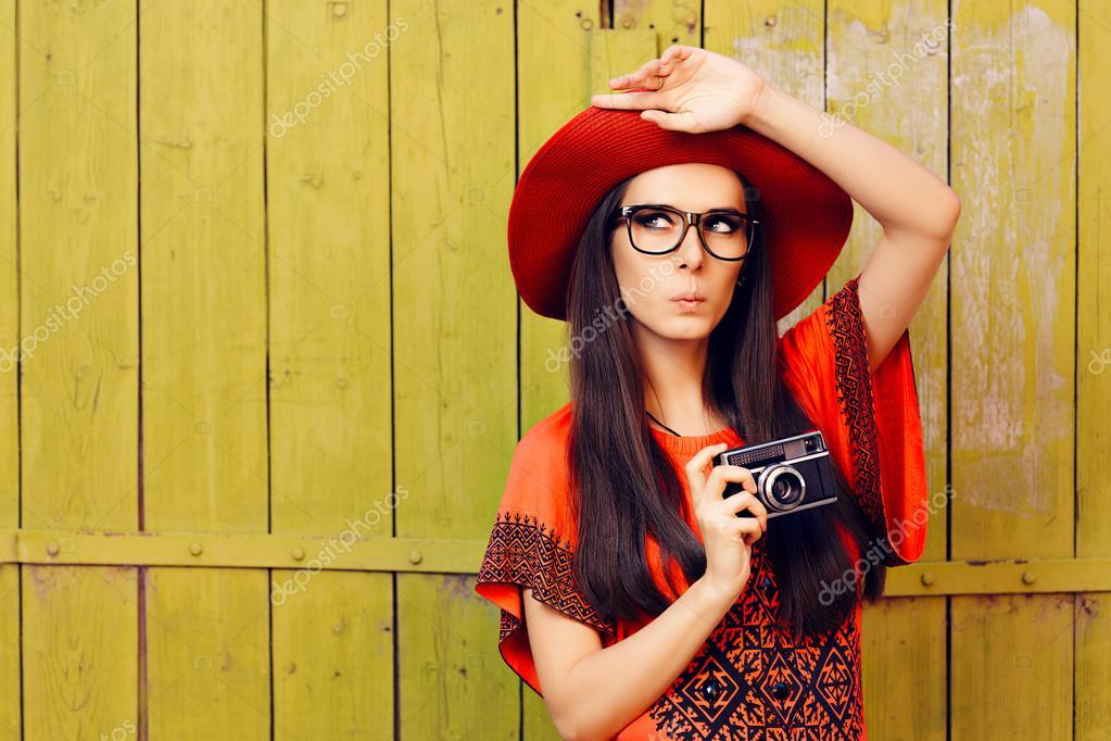 68232f59b0297 Retrato de un fotógrafo hipster sorprendido con tecnología analógica -  imágenes  muchachas con gorras — Foto de nicoletaionescu — Foto de ...