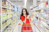 Fényképek Nő fikarcnyi bevásárló listát a szupermarketben