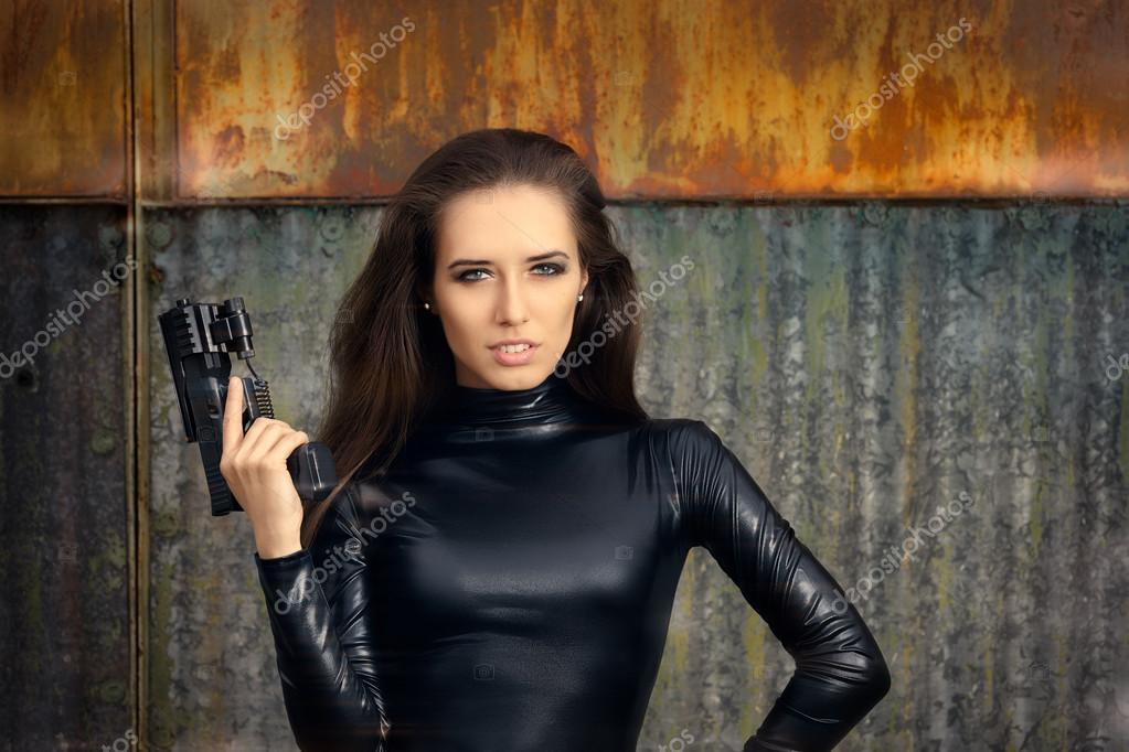 espion agent femme en combinaison de cuir noir tenant. Black Bedroom Furniture Sets. Home Design Ideas