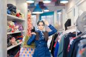 Kíváncsi lány kék viharkabát és napszemüveg vásárlás