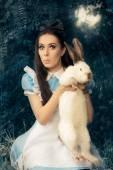 Fényképek Vicces lány, mint Alice Csodaországban szereplő fehér nyulat, kosztümös