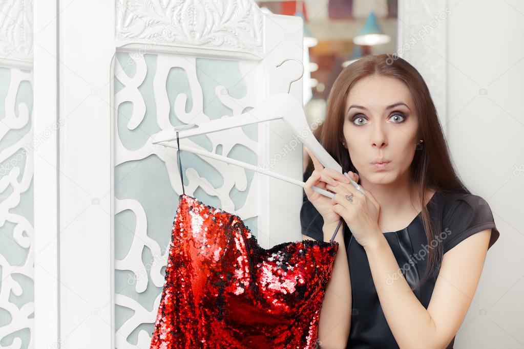 Erstaunt Mädchen versucht auf roten Partei Kleid in Umkleidekabine ...