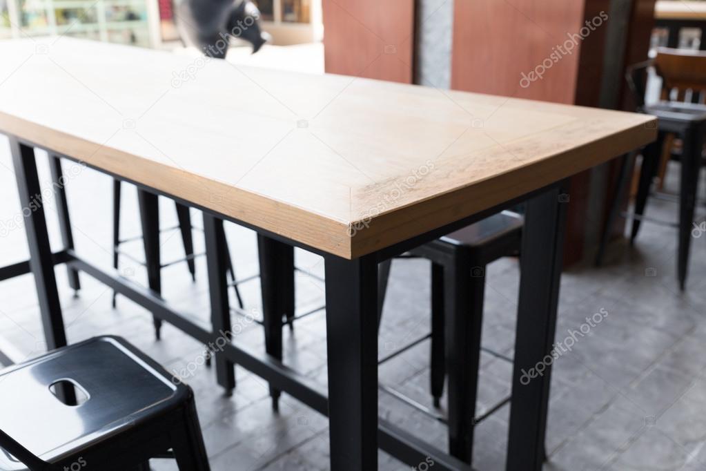 Tavolo in legno marrone con sgabello u foto stock psisaa