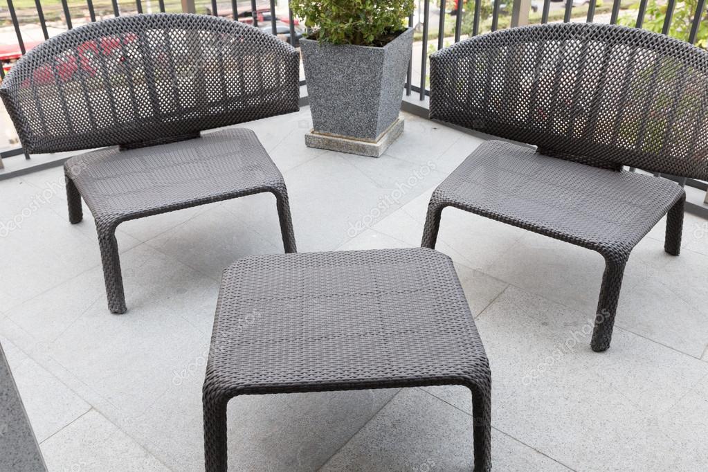 Zwarte Rieten Stoel : Zwart wicker stoel op het balkon u2014 stockfoto © psisaa #104857582