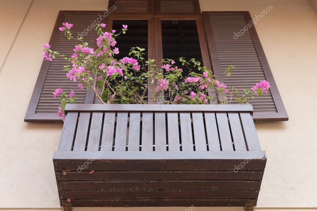 Okna Drewniane Zdobienia Z Doniczka Zdjęcie Stockowe