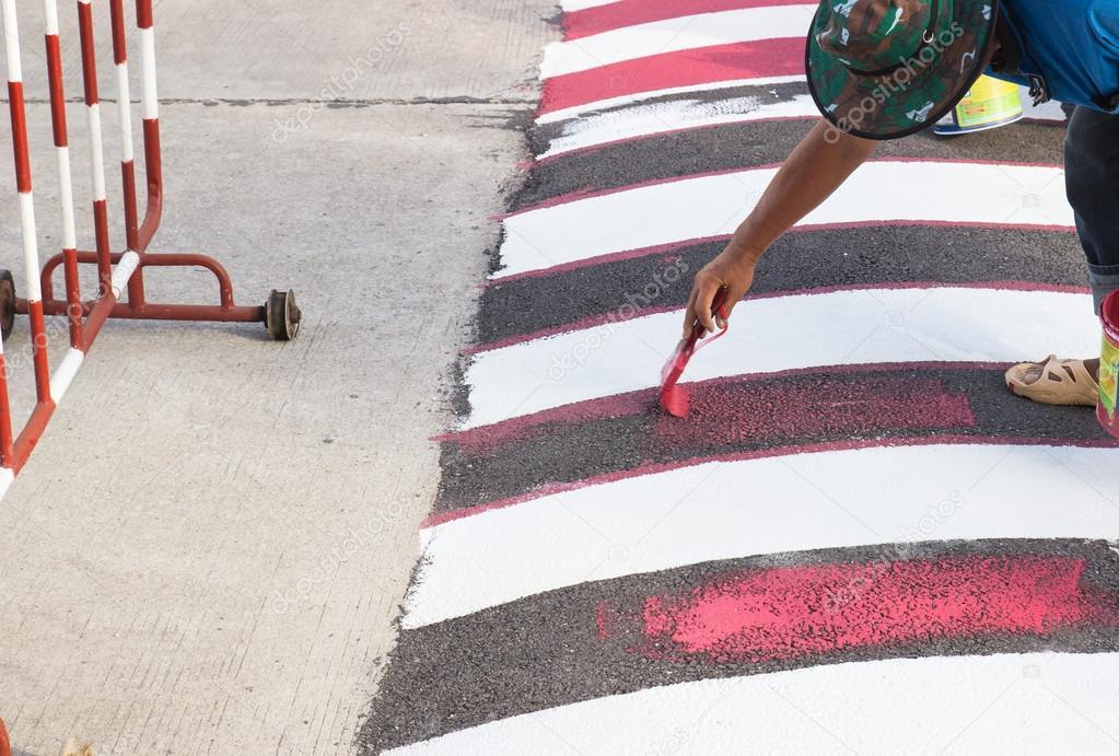 trabajador con pincel para pintar una línea roja en el camino — Foto ...