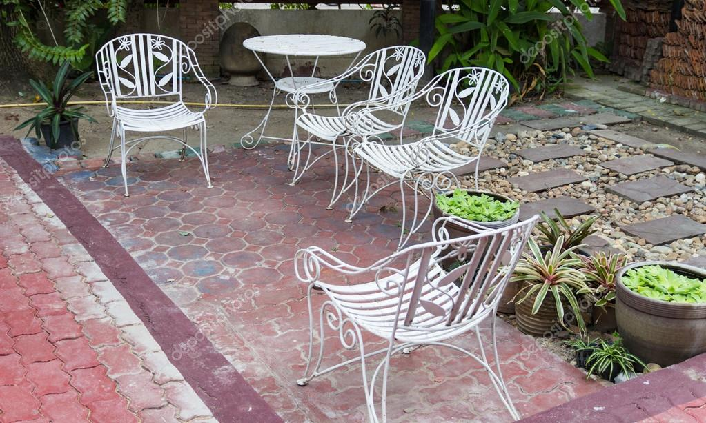 Weisses Eisen Stuhl Im Garten Stockfoto C Psisaa 71605145