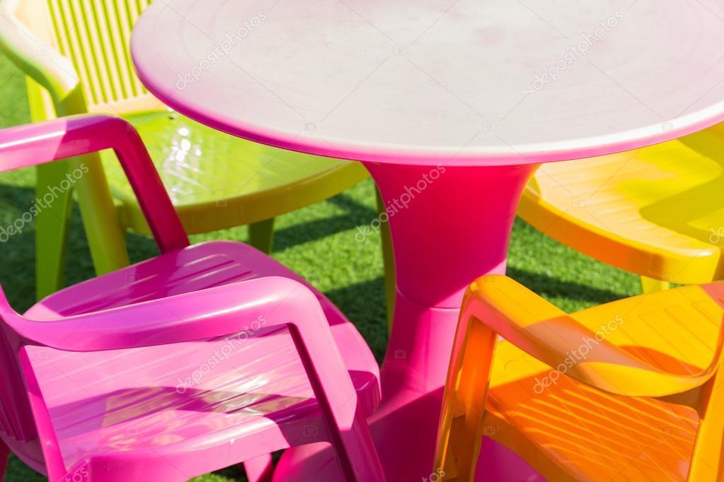 Chaise et un bureau en plastique coloré u2014 photographie psisaa