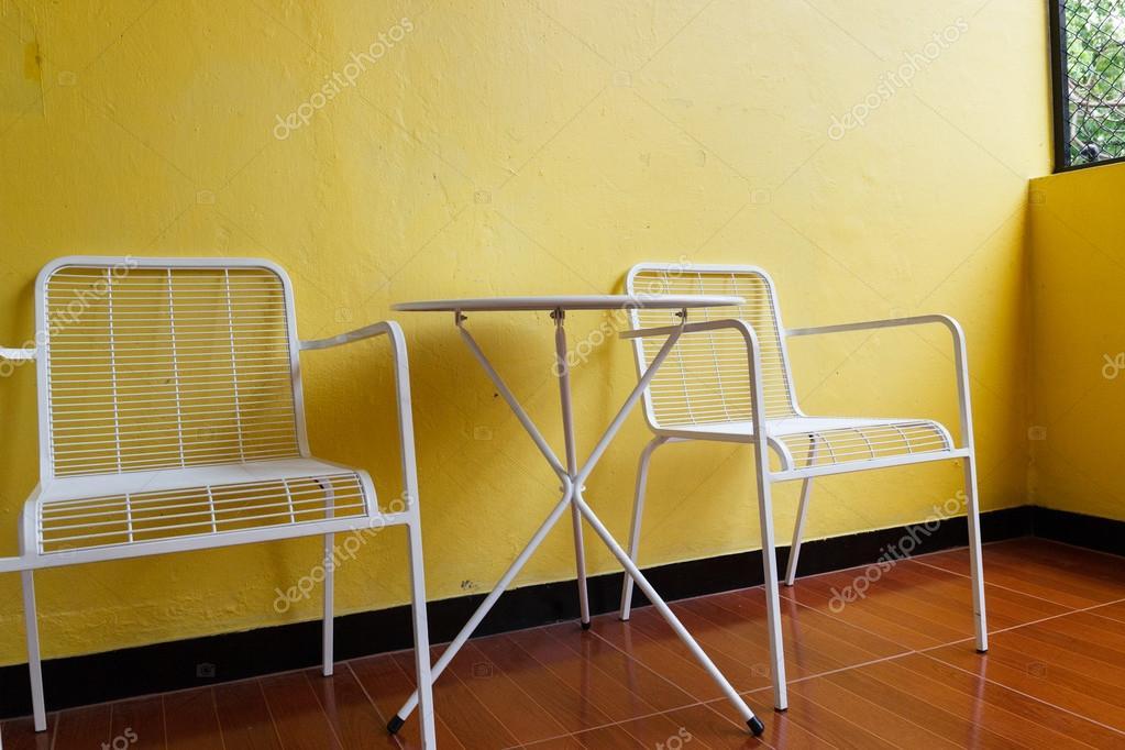 Weißer Stuhl Und Schreibtisch Mit Gelbe Wand Stockfoto Psisaa