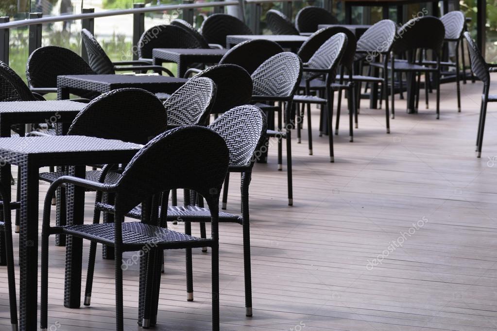 Zwarte Rieten Stoel : Zwarte rotan tafel en stoel op het terras u2014 stockfoto © psisaa #85116244