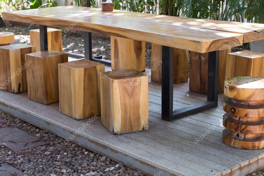 Tavolo in legno e sgabello in giardino u foto stock psisaa