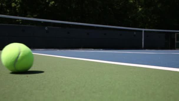 tenisový míč na hřišti