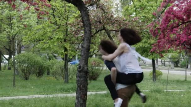 Boldog pár szabadban szórakozik. lassú mozgás, 4k, Uhd, Ultrahd