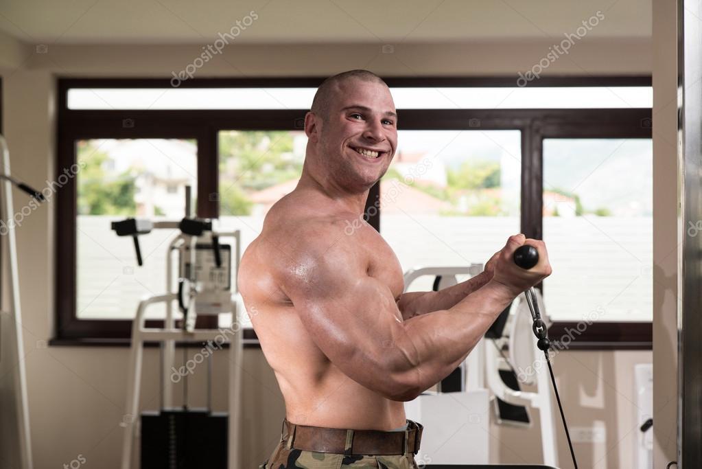 biceps övningar gym