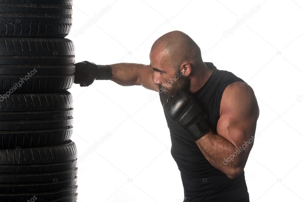 Boxer trifft Reifen gegenüber dem weißen Hintergrund isoliert ...