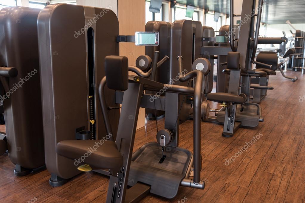 appareils d exercice dans une salle de sport moderne photographie ibrak 110312768. Black Bedroom Furniture Sets. Home Design Ideas