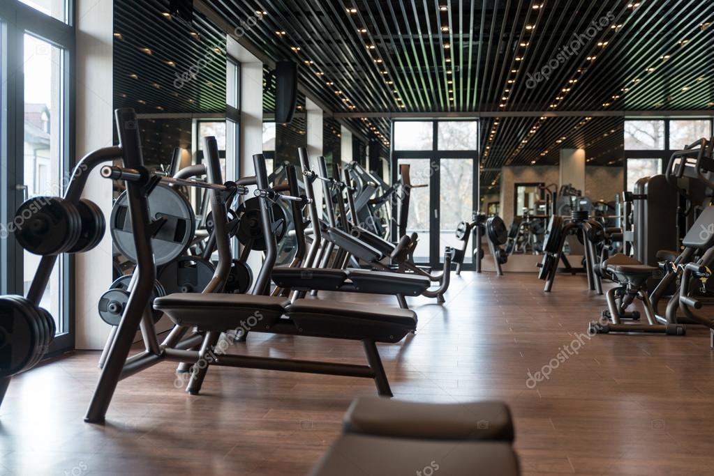 grande salle de sport moderne avec quipements d entra nement photographie ibrak 110316292