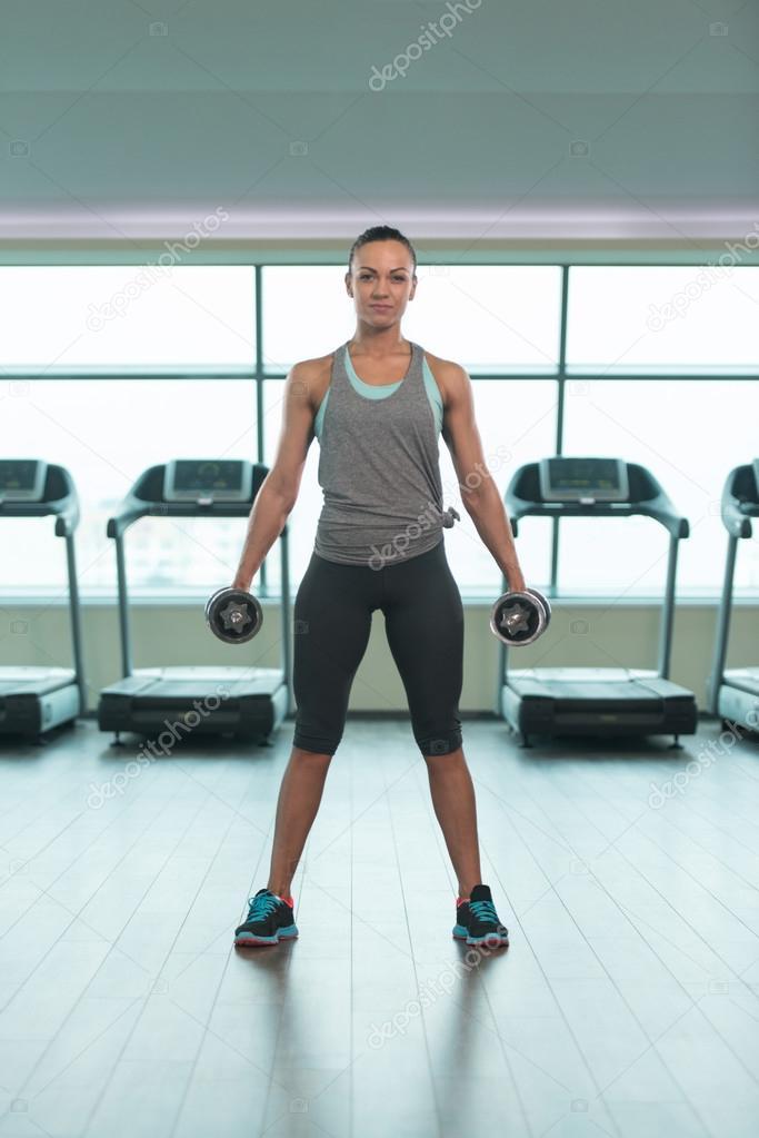 Jeune femme exercice Biceps avec des haltères dans la salle de Gym et à la  flexion des Muscles - modèle de Fitness musculaire Bodybuilder athlétique  faisant ... 81fc97173b0